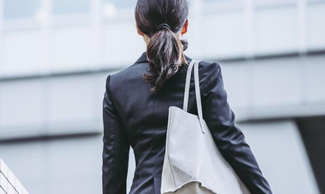 就職活動にはげむ女性